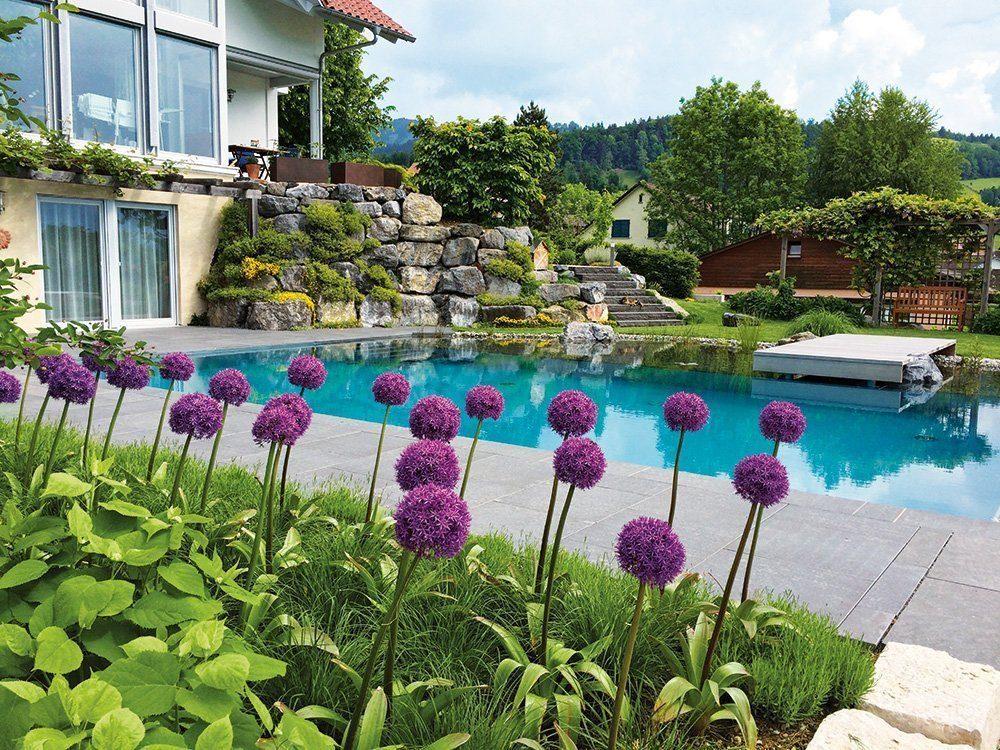 Haus mit Pool und Garten.