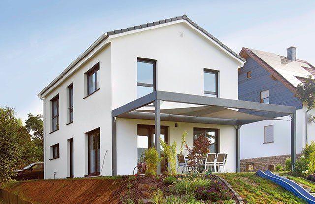 Haus mit Vordach und Garten