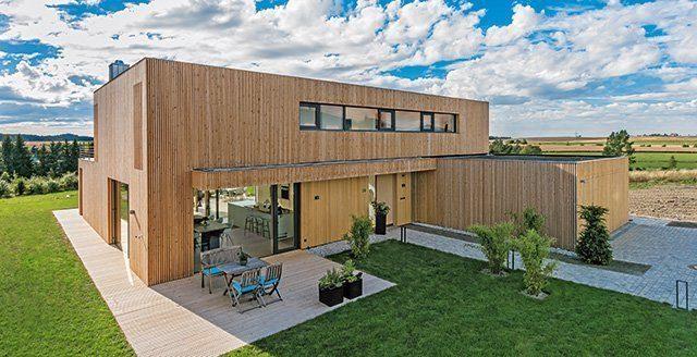 Fassadengestaltung - Eine große Wiese vor einem Gebäude - Die Architektur