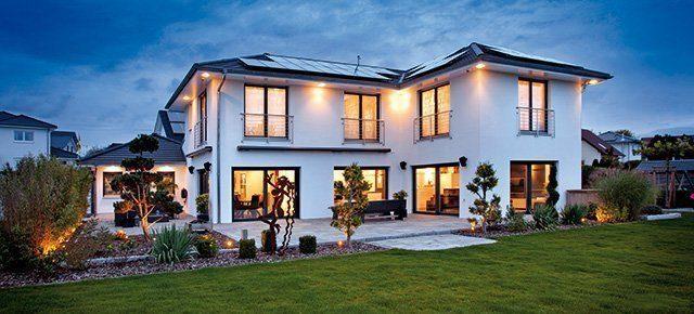Trotz seiner Größe erzeugt dieses Haus dank guter Dämmung, moderner Haustechnik und intelligenter Steuerung mehr Energie als es verbraucht. Foto: Gira