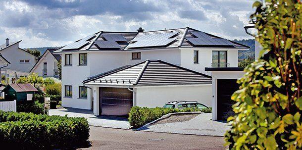 Die Dachflächen sind mit nicht weniger als 86 Photovoltaikmodulen zur Stromerzeugung bestückt. Foto: Gira