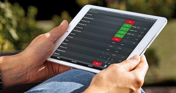 Sämtliche Funktionen und Komponenten des Hauses lassen sich auch über mobile Geräte steuern, dank einer speziellen Gira HomeServer App. Auch Energiekennzahlen sind dort jederzeit einsehbar. Foto: Gira