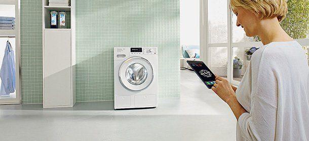 Experten empfehlen, Wäsche mit Regenwasser zu waschen. Das spart kostbares Trinkwasser, die Wäsche ist weicher und hat keinen grauen Kalkschleier. (Miele)