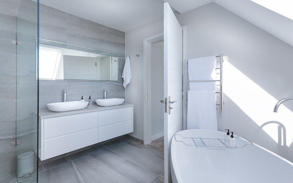 Modernes minimalistisches Badezimmer