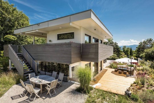Vitalhaus Fabienne - Eine Gruppe von Gartenstühlen sitzt auf einem Gebäude - Regnauer Fertigbau GmbH & Co. KG