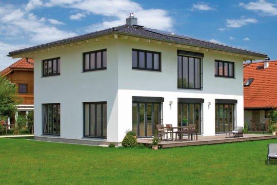 Vitalhaus Hochburg - Eine große Wiese vor einem Haus - Haus