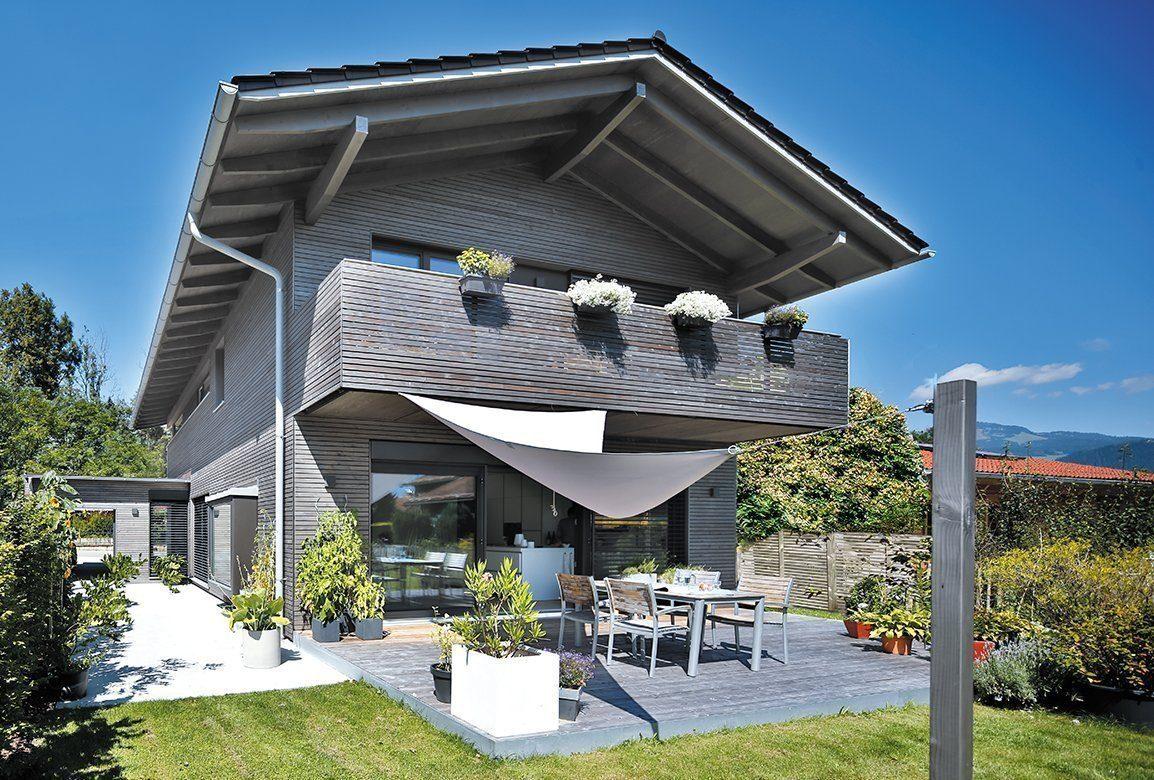 Vitalhaus Oberaudorf - Ein großes Backsteingebäude mit Gras vor einem Haus - Haus