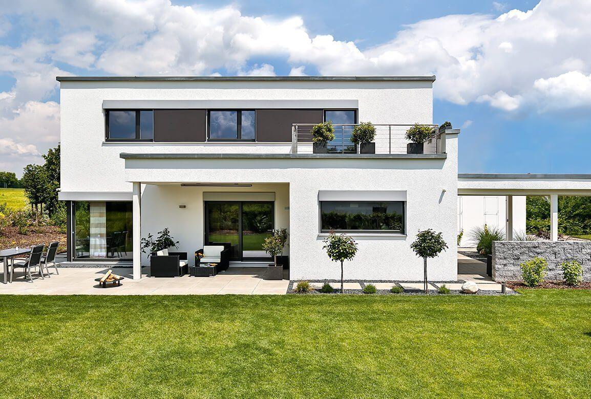 Vitalhaus Schwabach - Ein großes weißes Gebäude mit Gras vor einem Haus - Haus