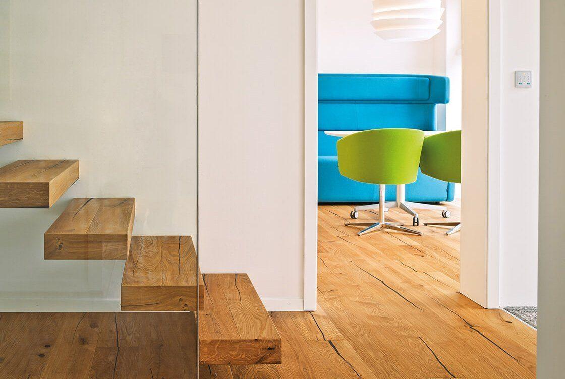 Musterhaus Ambienti+ - Ein Zimmer mit Holzboden - Regnauer Fertigbau GmbH & Co. KG