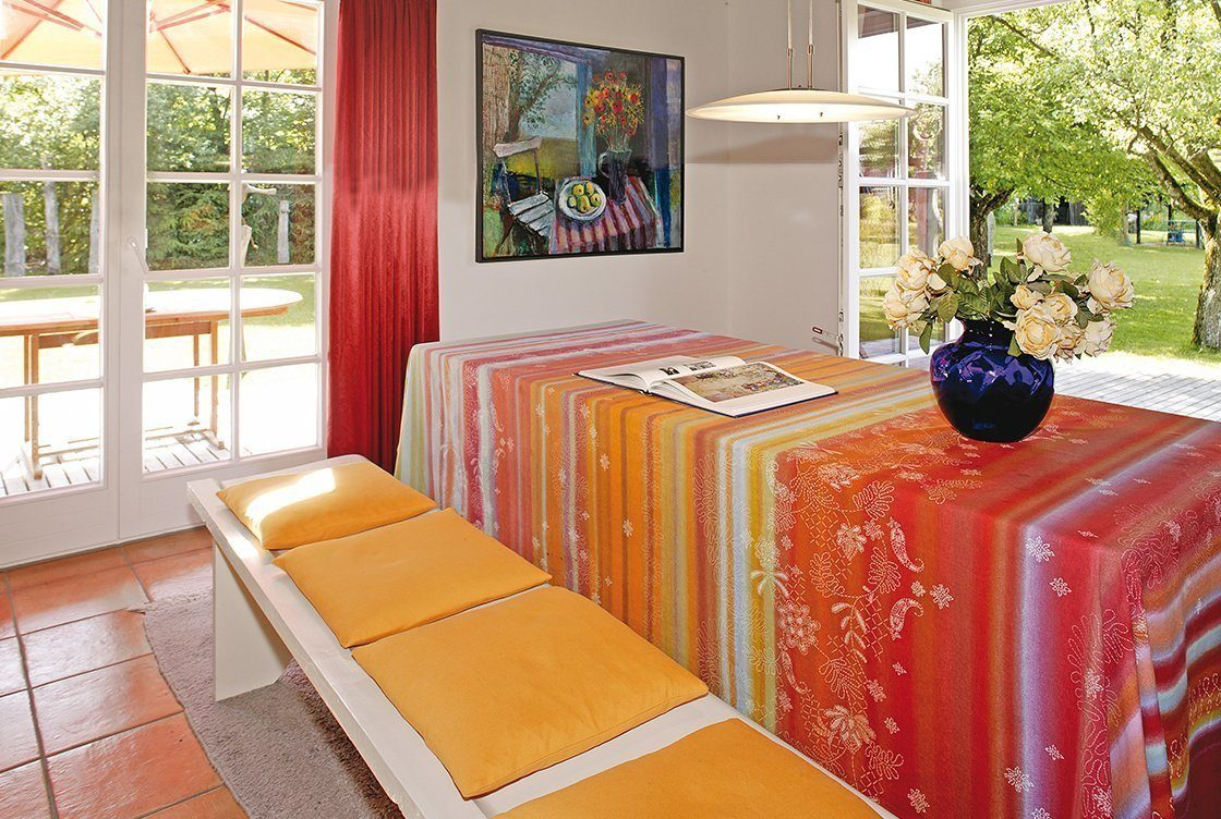 Vitalhaus Eva - Eine Nahaufnahme von einem roten Stuhl neben einem Fenster - Regnauer Fertigbau GmbH & Co. KG