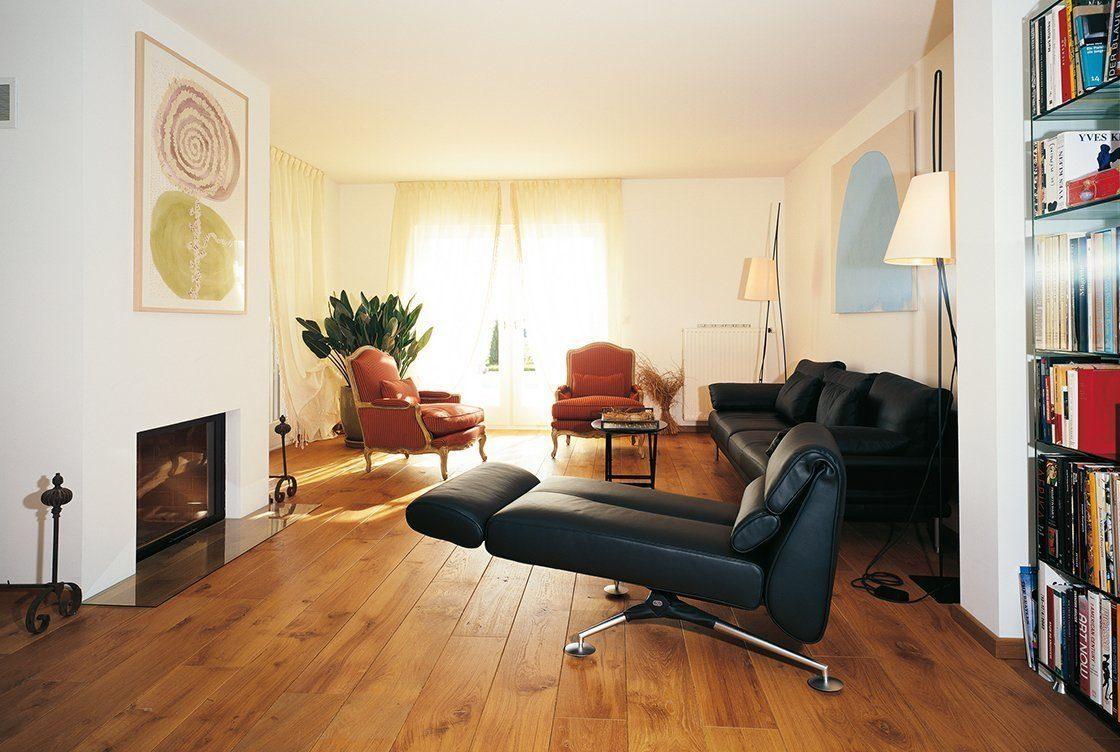 Vitalhaus Genf - Ein Wohnzimmer mit Möbeln und einem Bücherregal - Haus