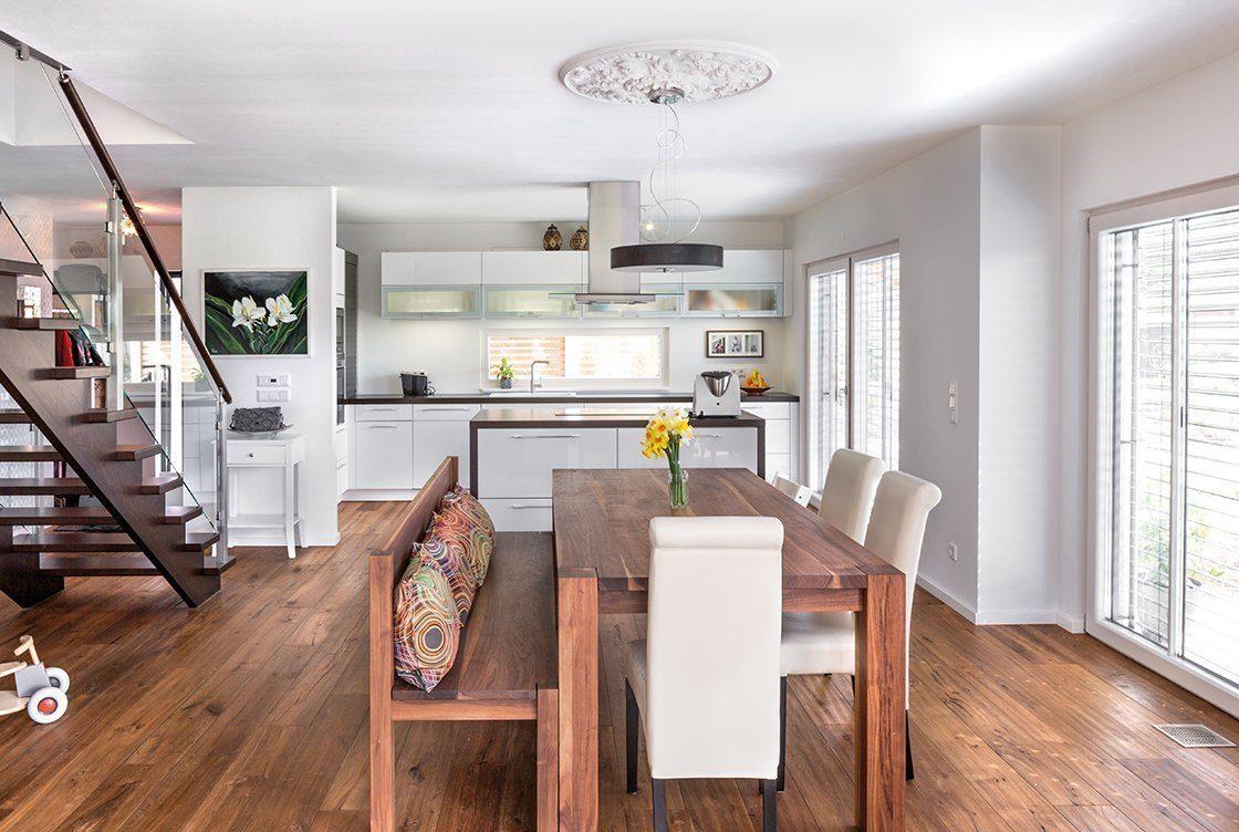 Vitalhaus Glonn - Ein Wohnzimmer voller Möbel auf einem harten Holzboden - Regnauer Fertigbau GmbH & Co. KG