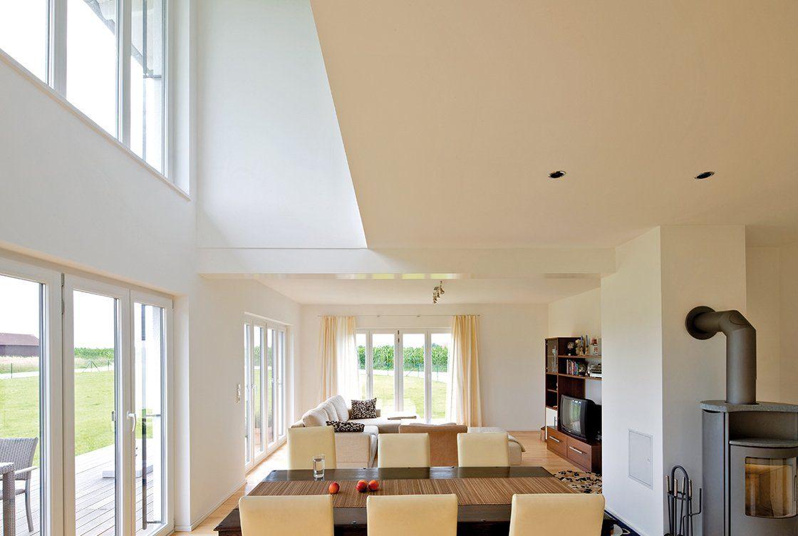 Vitalhaus Hochburg - Eine Ansicht eines mit Möbeln gefüllten Wohnzimmers und eines großen Fensters - Haus