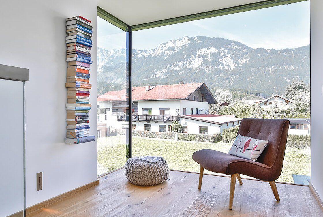 Vitalhaus Langkampfen - Ein Stuhl sitzt vor einem Berg - Die Architektur