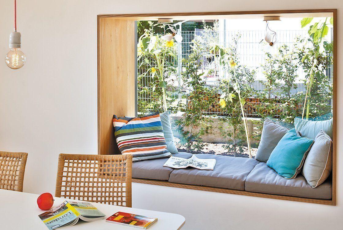 Vitalhaus Oberaudorf - Ein Wohnzimmer mit Möbeln und Blumenvase auf einem Tisch - Wohnzimmer