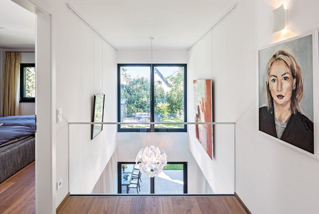 Vitalhaus München - Eine Ansicht eines Wohnzimmers mit einem großen Spiegel - Haus