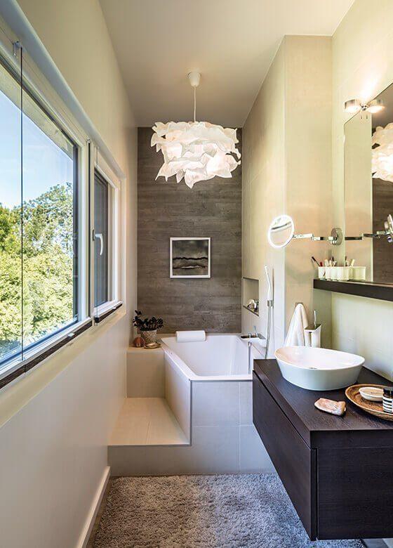 Vitalhaus Fabienne - Ein großes zimmer mit waschbecken und spiegel - Interior Design Services