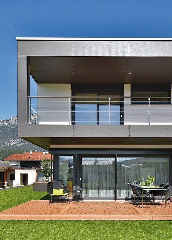 Vitalhaus Langkampfen - Ein großes Backsteingebäude mit Gras vor einem Haus - Haus