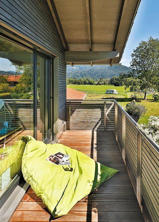 Vitalhaus Oberaudorf - Ein Schlafzimmer mit einem Gebäude im Hintergrund - Die Architektur