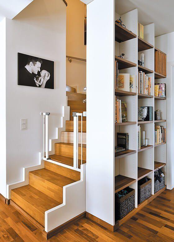 Vitalhaus Schwabach - Ein Wohnzimmer mit Möbeln und einem Bücherregal - Haus