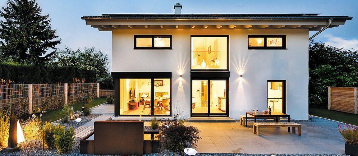 Vitalhaus Bruckmühl - Ein Wohnbereich mit einem Gebäude im Hintergrund - Regnauer Fertigbau GmbH & Co. KG