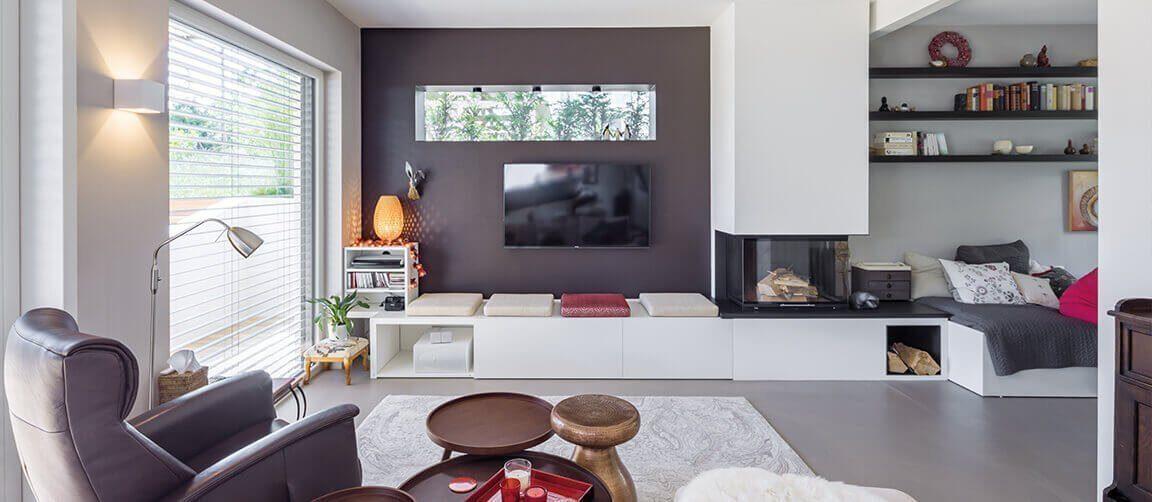 Vitalhaus Fabienne - Ein Wohnzimmer mit Möbeln und einem Kamin - Interior Design Services
