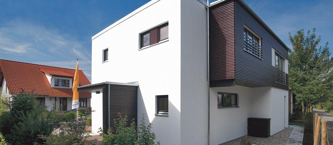Musterhaus Fellbach - Ein kleines haus im hintergrund - Haus