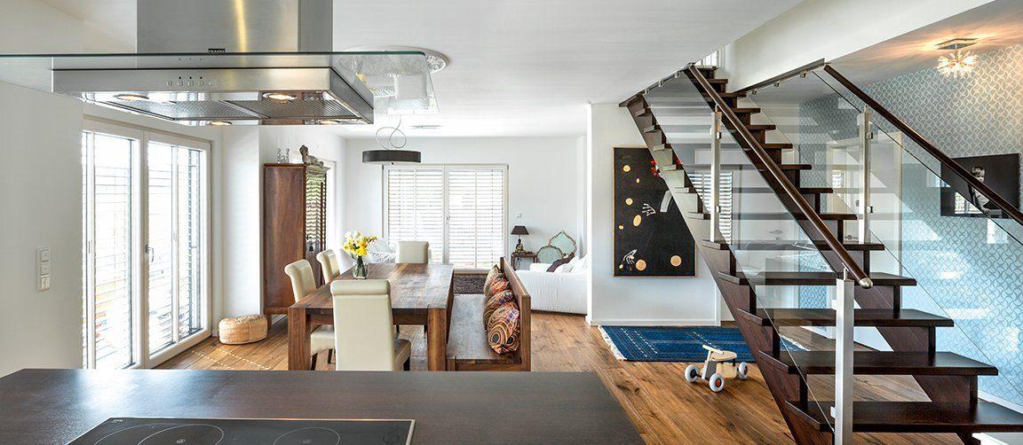 Vitalhaus Glonn - Ein Raum voller Möbel und ein großes Fenster - Holzhaus