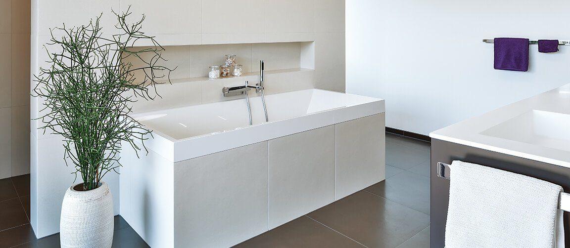 Vitalhaus Langkampfen - Ein weißes Waschbecken neben einem Fenster - Bad