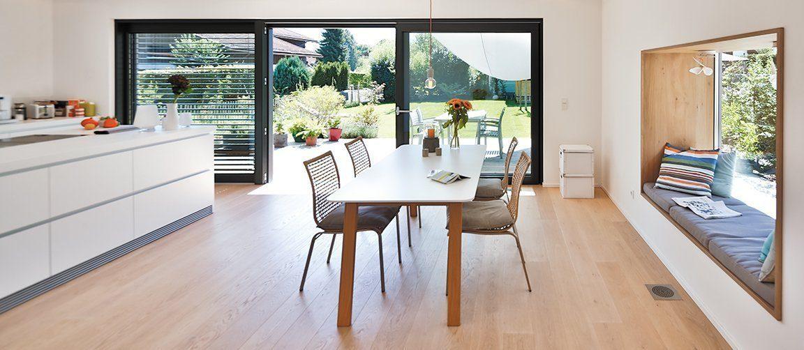 Vitalhaus Oberaudorf - Ein Blick auf ein Wohnzimmer mit Holzboden - Fußboden