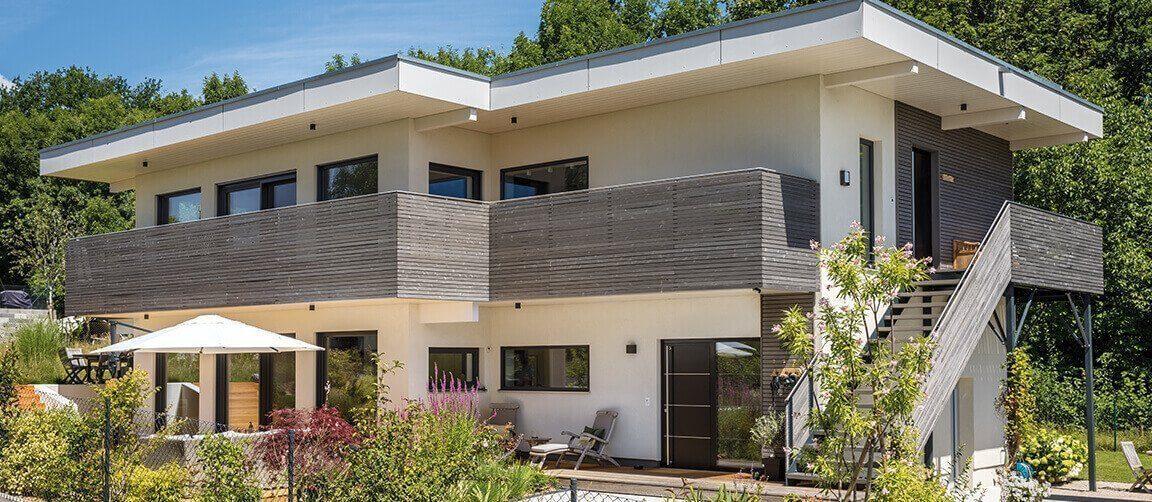 Vitalhaus Fabienne - Ein Haus mit Bäumen im Hintergrund - Villa