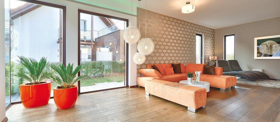 Musterhaus Fellbach - Ein Wohnzimmer mit Möbeln und einem großen Fenster - OKAL GmbH
