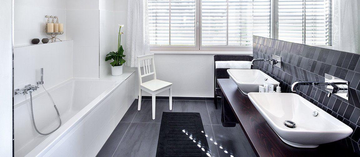 Vitalhaus Glonn - Eine weiße Wanne sitzt neben einem Fenster - Regnauer Fertigbau GmbH & Co. KG
