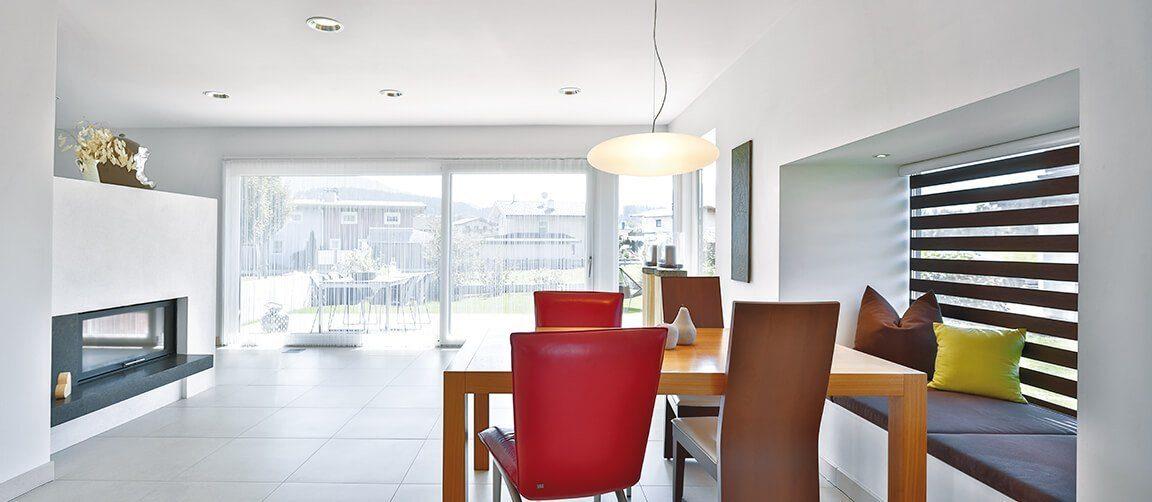Vitalhaus Langkampfen - Ein Wohnzimmer mit Möbeln und einem großen Fenster - Haus