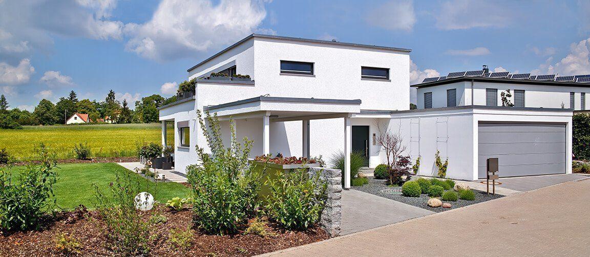 Vitalhaus Schwabach - Ein großes Backsteingebäude mit Gras vor einem Haus - Haus
