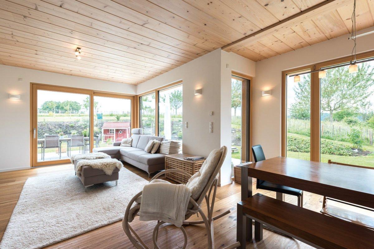 Design 193 - Ein Wohnzimmer mit Möbeln und einem großen Fenster - Haus