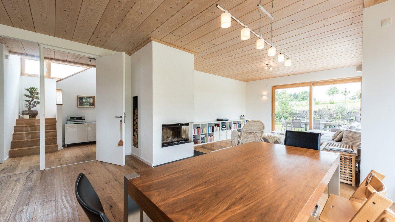 Design 193 - Eine Ansicht eines mit Möbeln und einem Kamin gefüllten Wohnzimmers - Interior Design Services