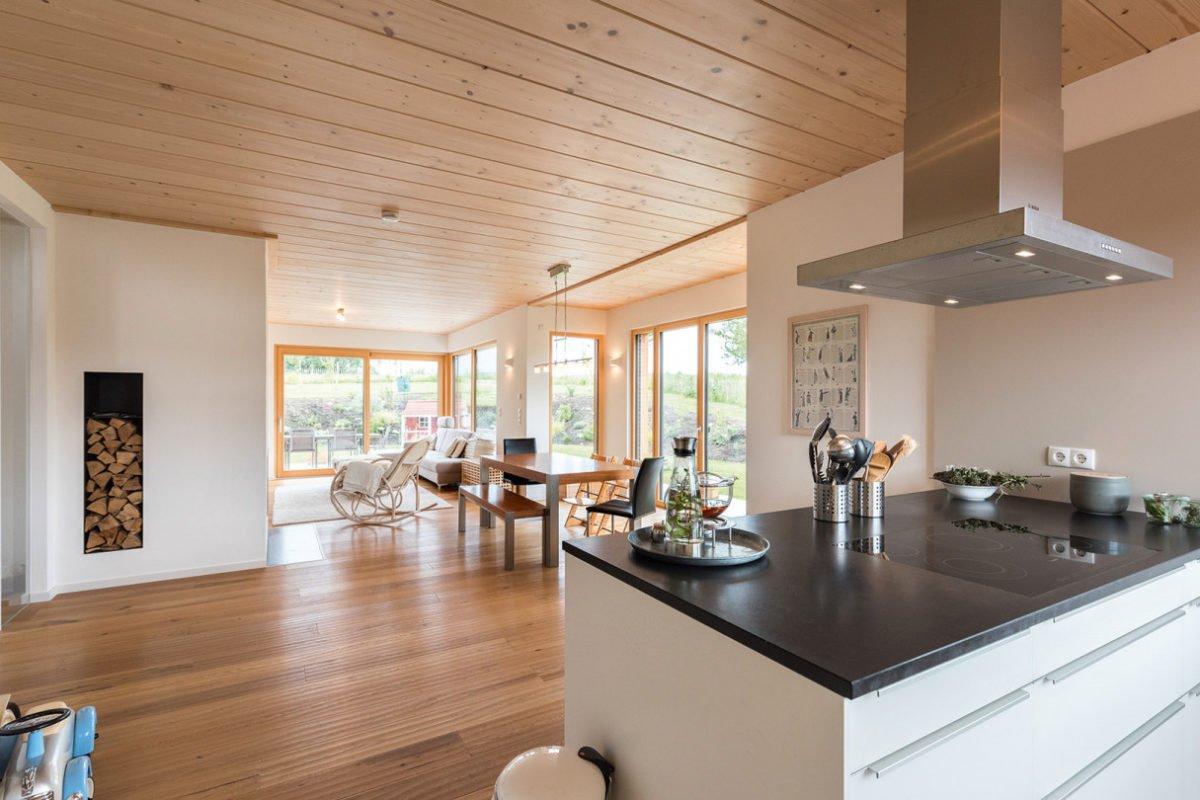 Design 193 - Eine Küche mit einer Insel mitten in einem Raum - Holzhaus