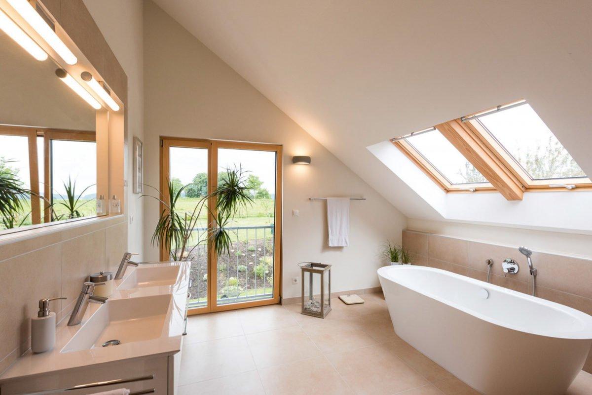 Design 193 - Eine große weiße Wanne neben einem Waschbecken - Holzhaus