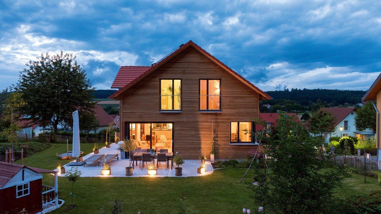 Design 193 - Ein Haus mit Bäumen im Hintergrund - Holzhaus