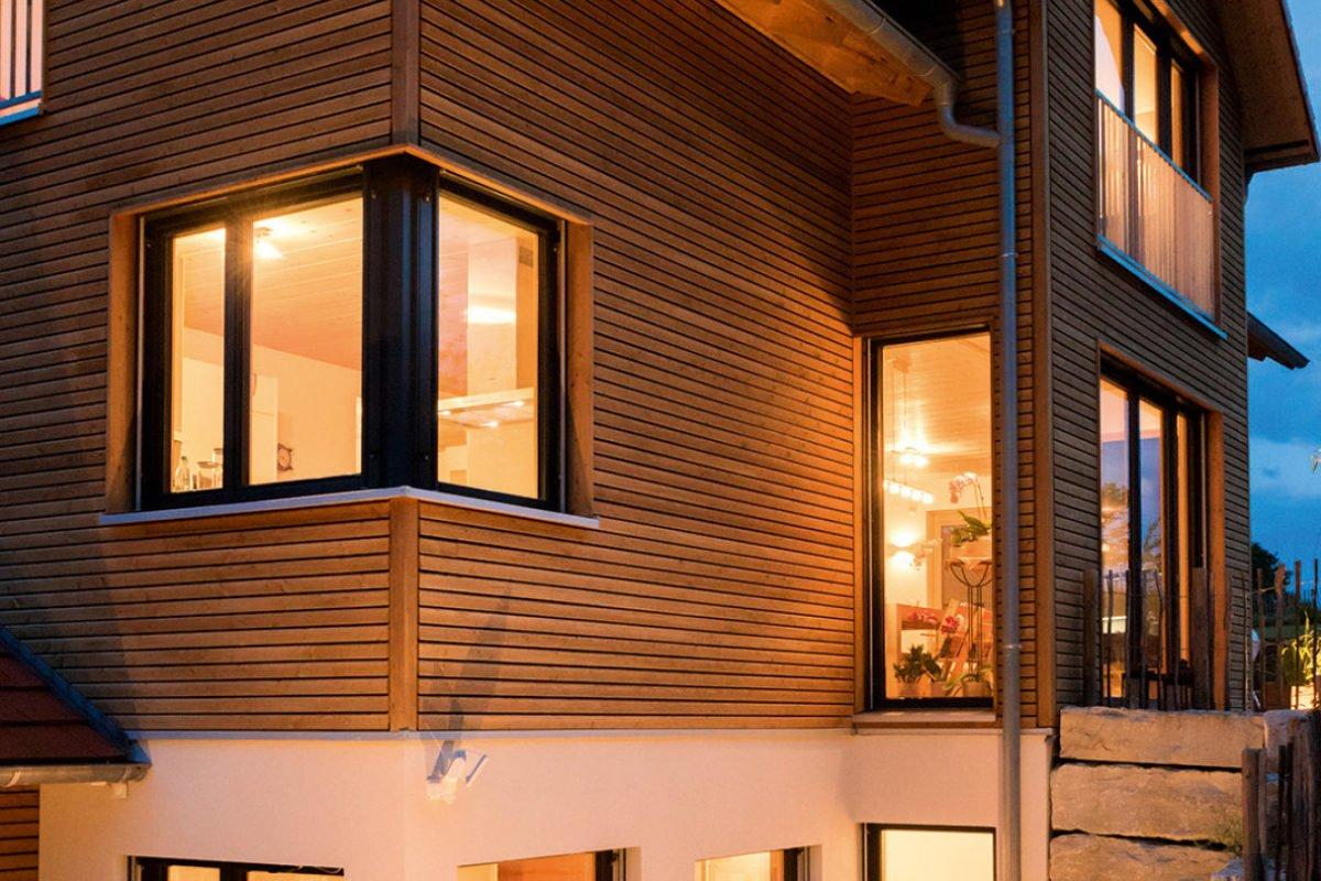 Design 193 - Ein großes Backsteingebäude mit einem Fenster - Holzhaus