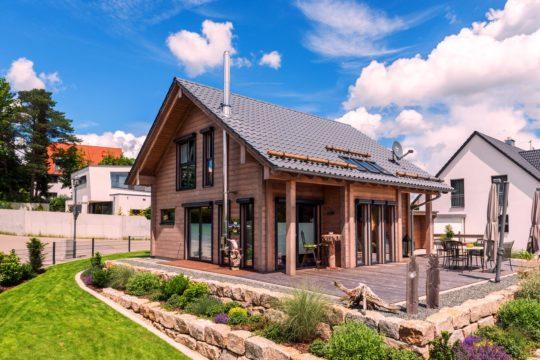 Haus auf der Röth - Ein großes Backsteingebäude mit Gras vor einem Haus - Holzhaus