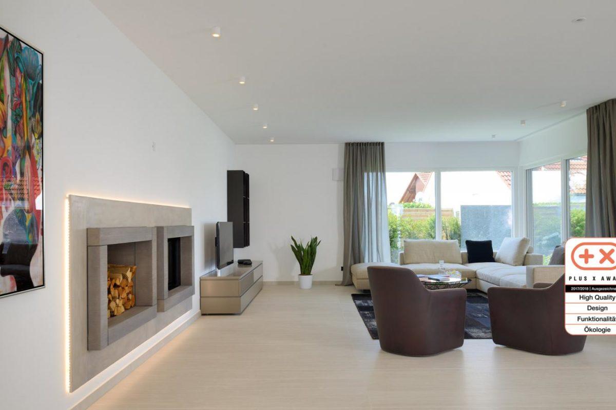 Musterhaus Bungalow Vita - Ein Raum voller Möbel und ein großes Fenster - Einfamilienhaus