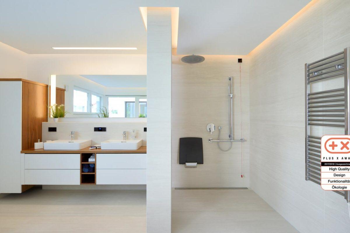 Musterhaus Bungalow Vita - Ein großer weißer Kühlschrank in einem Raum - Fertighaus WEISS MusterhausWelt