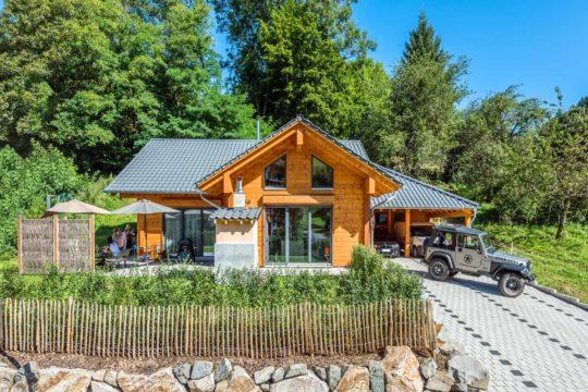Haus Elzruhe - Ein Garten vor einem Haus - Holzhaus