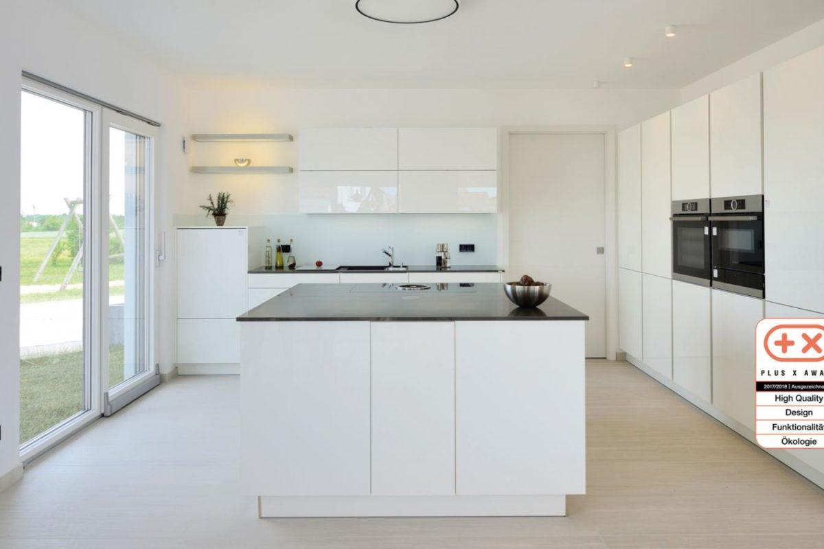 Musterhaus Bungalow Vita - Ein großer weißer Kühlschrank in einer Küche - Haus