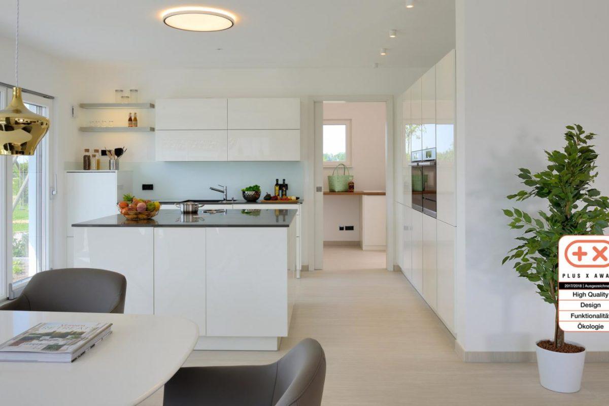 Musterhaus Bungalow Vita - Ein Raum voller Möbel und ein großes Fenster - Fertighaus Weiss