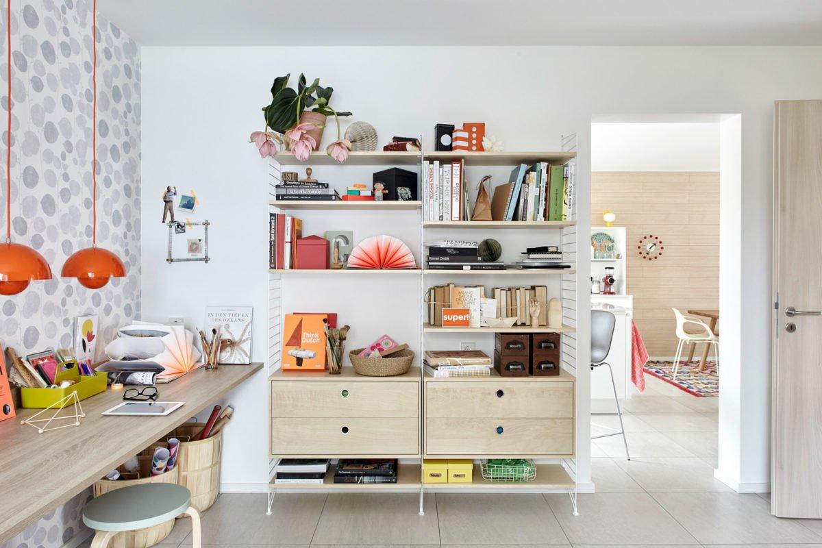 Musterhaus Mono - Ein weißer Kühlschrank mit Gefrierfach sitzt in einer Küche - Interior Design Services