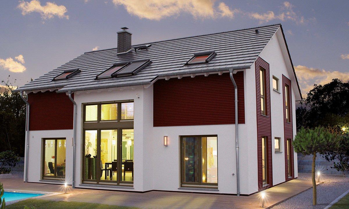 Musterhaus Erlangen - Ein Haus mit Bäumen im Hintergrund - Satteldach