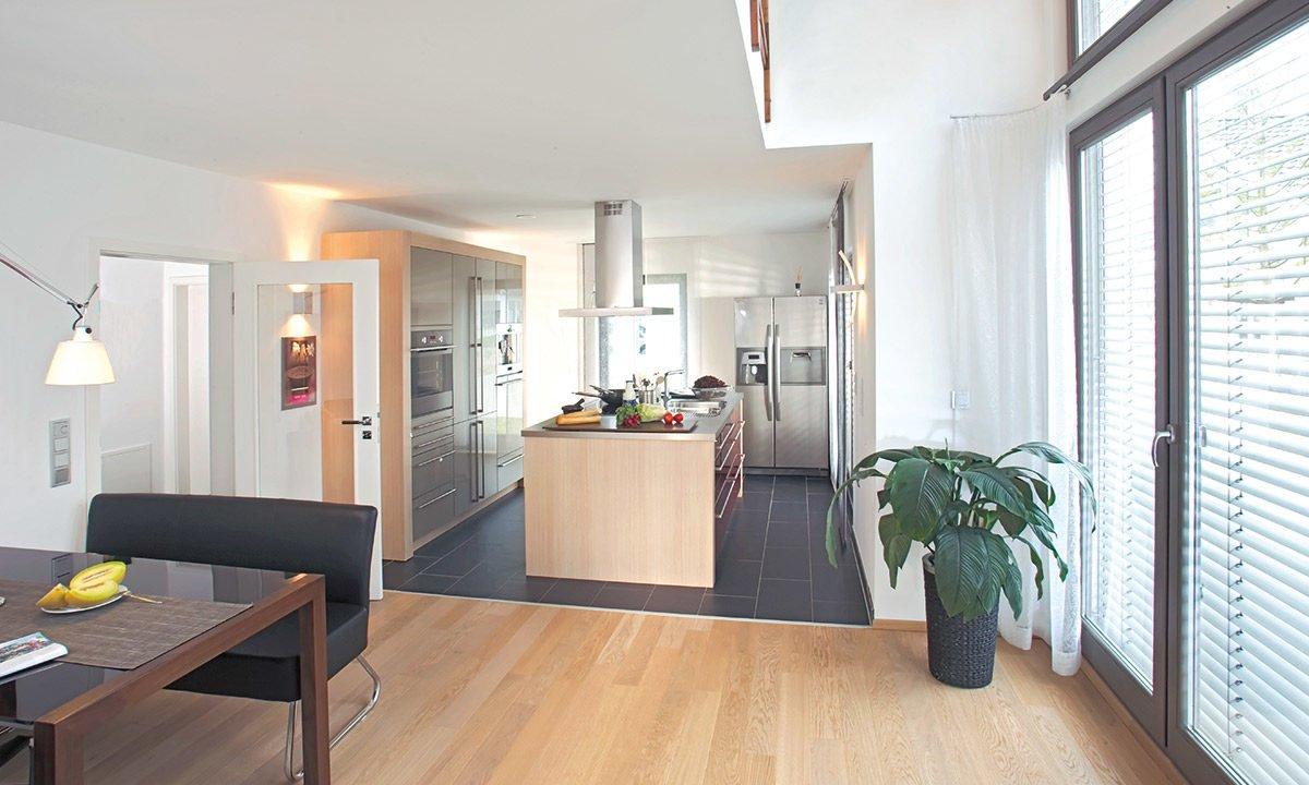 Musterhaus Erlangen - Ein Wohnzimmer mit Möbeln und einem großen Fenster - Haus